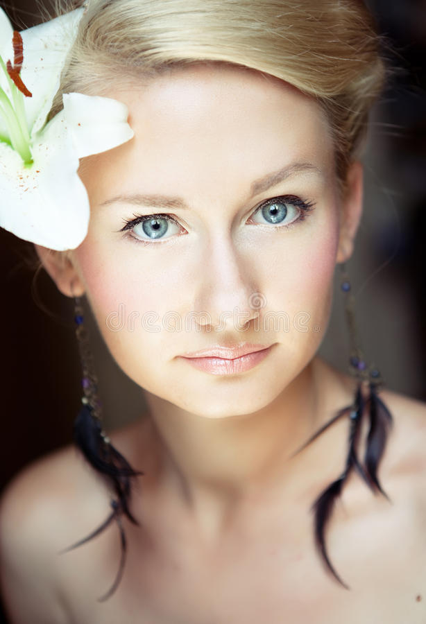 Illustration lumineuse de beau femme blond photographie stock