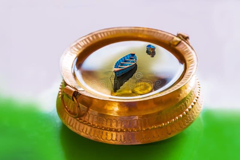 Illustration, m?ssingskruka med fullt av vatten och mynt, f?rgrika fartyg inom vattnet arkivfoton