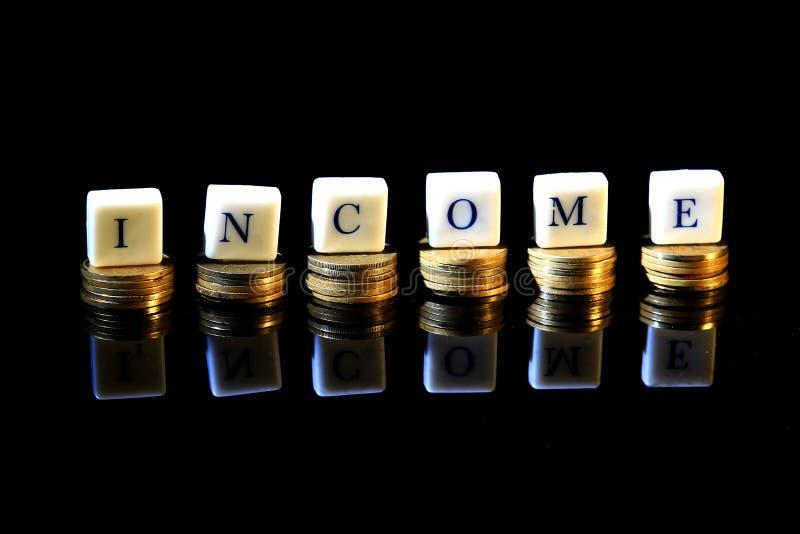 Illustration pour le fond noir de revenu plat avec la réflexion au fond, pile de roupie d'or, pièce de monnaie de l'Indonésie image stock