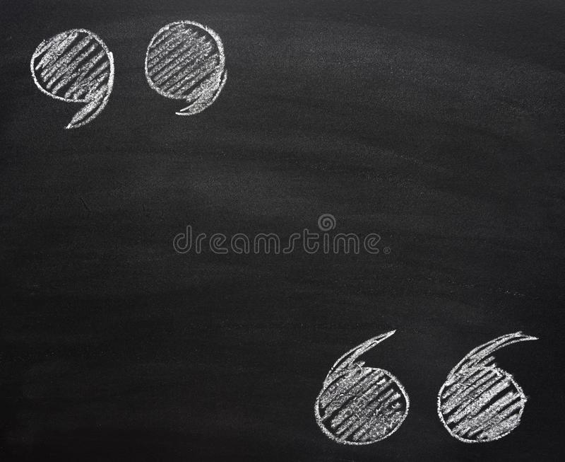 Illustration tirée par la main de craie de griffonnage des guillemets supérieurs et inférieurs sur le tableau noir rayé d'école M photos stock