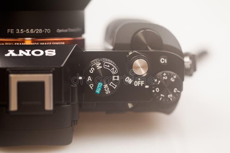Illustrativa redakt?rs- foto och detaljer av Sony a7 den mirrorless kameran arkivfoto