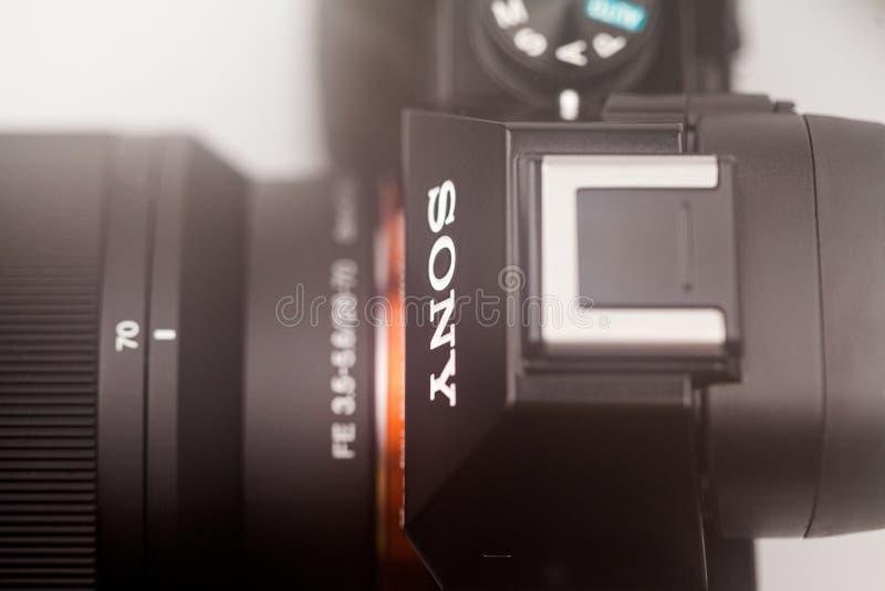 Illustrativa redakt?rs- foto och detaljer av Sony a7 den mirrorless kameran royaltyfria bilder