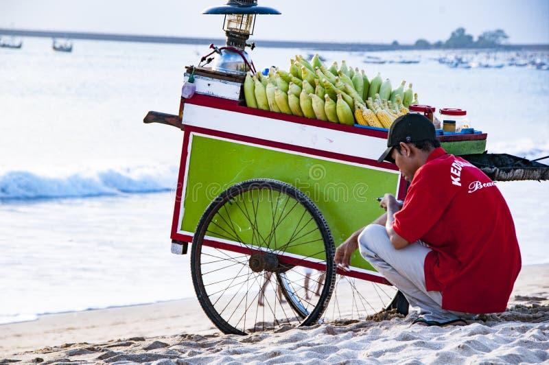 Illustrative Redakcyjny wizerunek Bali uliczny sprzedawca na plaży zdjęcia stock