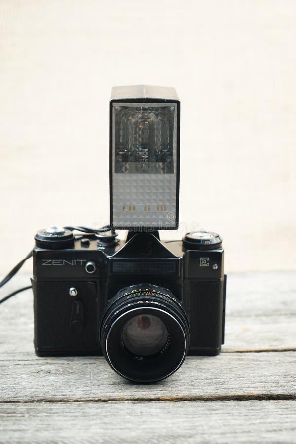 Illustrativt redaktörs- foto av gamla kameror och linser arkivfoton