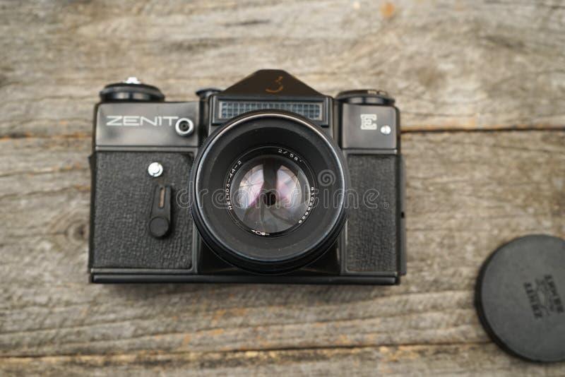 Illustrativt redaktörs- foto av gamla kameror och linser royaltyfria foton