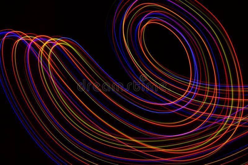 illustrazione 3D Linee astratte di pittura leggera dei colori rossastri su fondo nero illustrazione vettoriale