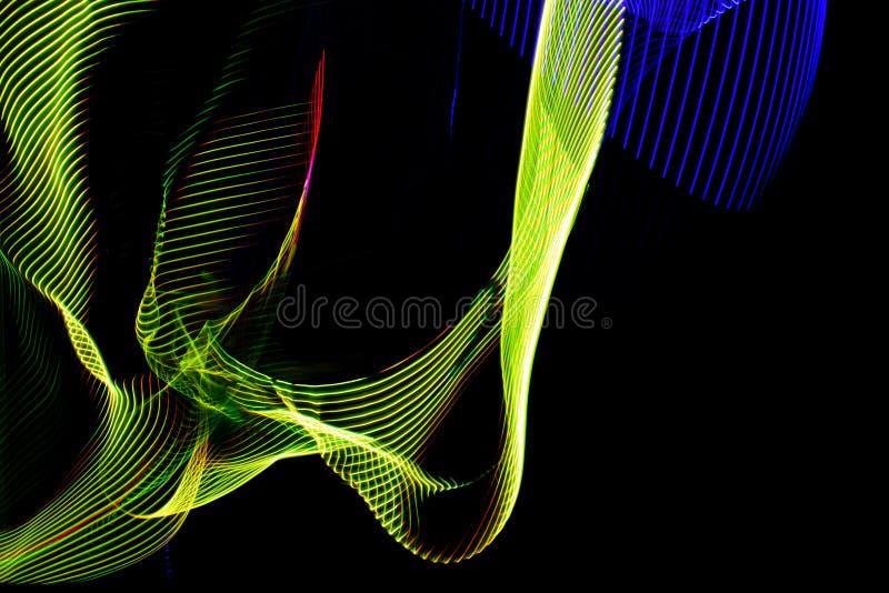 illustrazione 3D Linee variopinte astratte su fondo neutrale di colore nero Modelli attraversati che formano immagine tridimensio illustrazione vettoriale