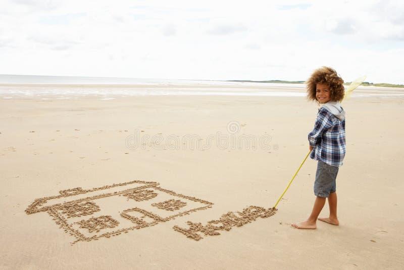Illustrazione del ragazzo in sabbia fotografia stock libera da diritti