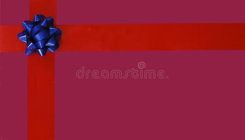 Illustrazione dell'arco blu di natale e del nastro rosso fotografia stock libera da diritti
