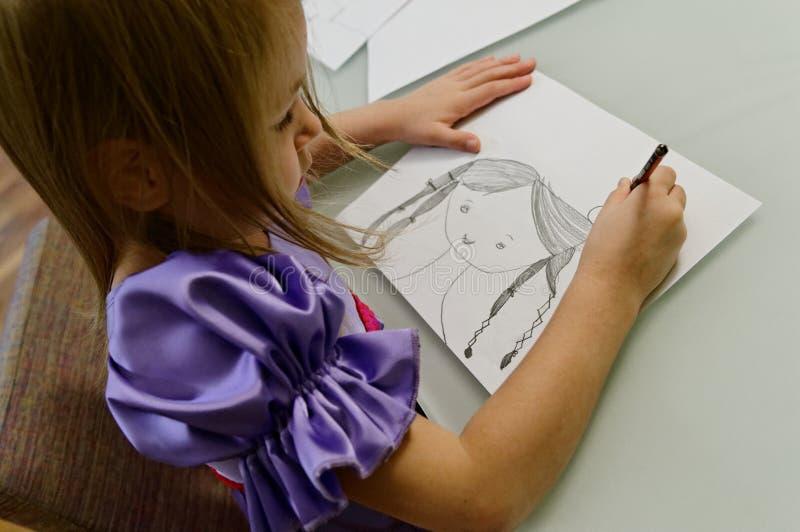 Illustrazione della ragazza con la matita   fotografia stock libera da diritti