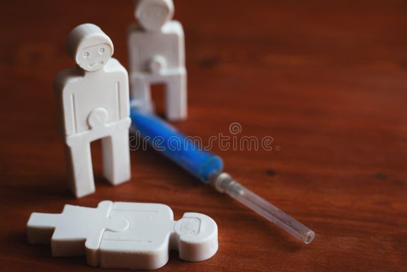 Illustrazione di tossicodipendenza della gente, gente di plastica con una siringa fotografia stock libera da diritti