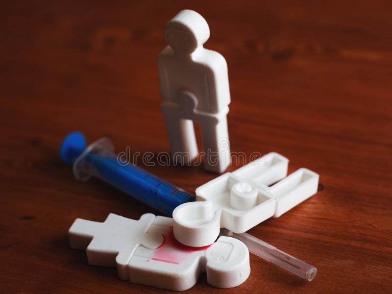 Illustrazione di tossicodipendenza della gente, gente di plastica con una siringa immagini stock