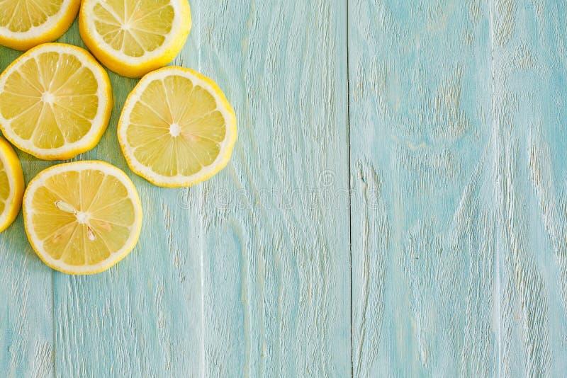 Illustrazione Limoni su un fondo blu di legno fotografia stock