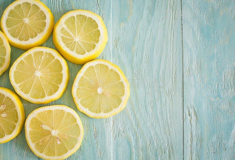 Illustrazione Limoni su un fondo blu di legno immagini stock libere da diritti