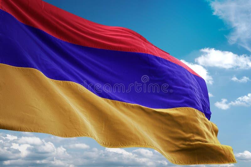 Illustrazione realistica d'ondeggiamento 3d del fondo del cielo blu della bandiera nazionale dell'Armenia illustrazione vettoriale