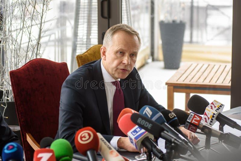 Ilmars Rimsevics, regulator av centralbanken av Lettland som går till presskonferensen royaltyfri foto