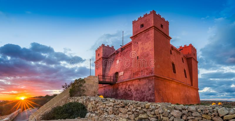 IlMellieha,马耳他-在圣阿佳莎` s红色塔的日落 图库摄影