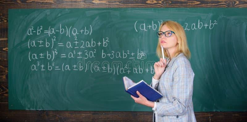 Ilości które robią dobrego nauczyciela Zasady mogą robić uczyć wydajny Kobieta uczy blisko chalkboard w sala lekcyjnej obraz stock
