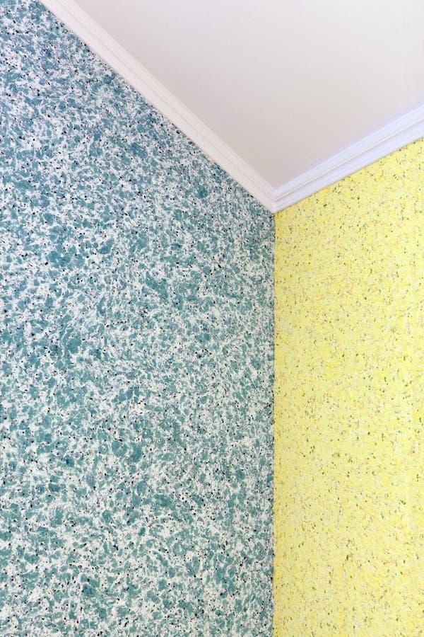 Ilości przemiana od błękita żółta ciekła tapeta w kącie pokój obraz stock