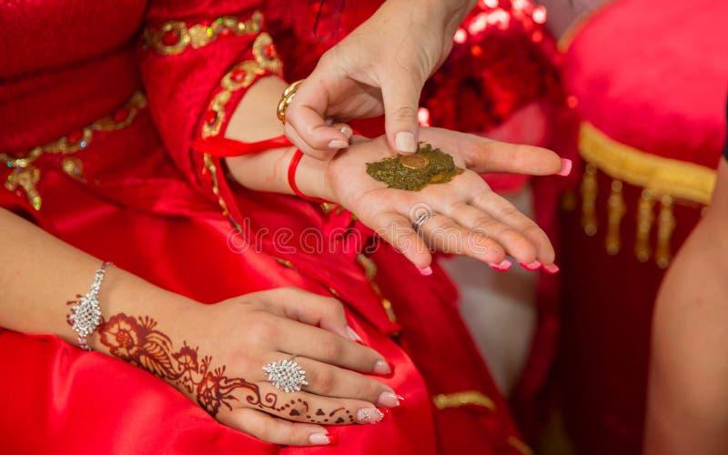 Ils ont mis leur henné de mains de la jeune mariée Henné de dessin à la partie de henné photos libres de droits