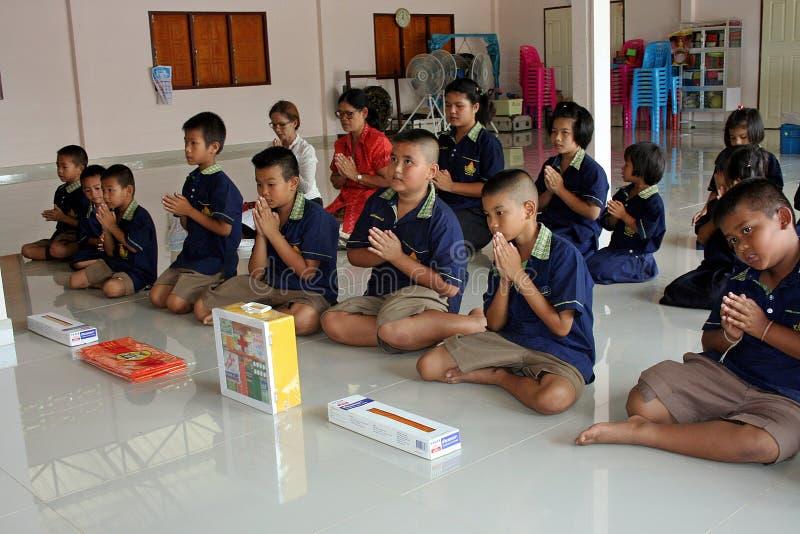 Ils s'asseyent et prient à Bouddha pendant le JOUR PRÊTÉ BOUDDHISTE photo libre de droits