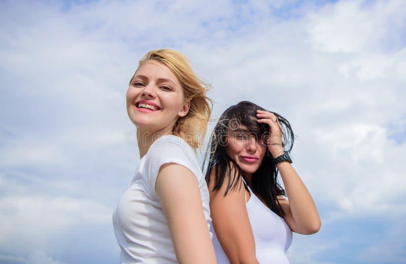 Ils se sentent beaux Filles sexy sur le ciel nuageux Jolies femmes avec le maquillage sexy Femmes adorables avec blond et la brun image stock