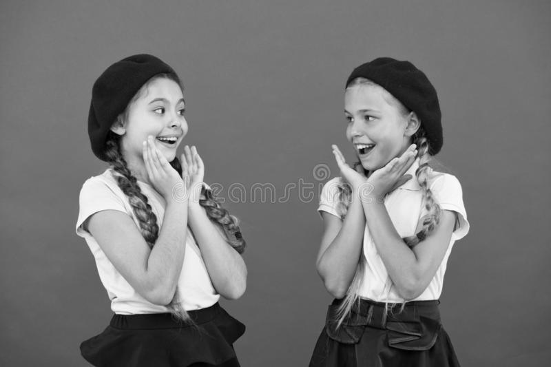 Ils sont vraiment mignons Filles fran?aises de style Filles ayant la m?me coiffure Petits enfants avec de longues tresses de chev photographie stock libre de droits