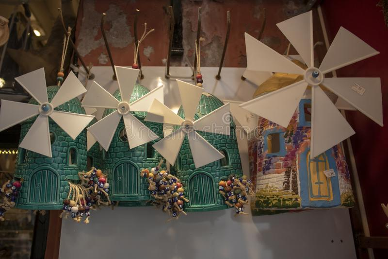 Ils vendent le petit moulin à vent comme souvenir L'île de Cunda a été prise par la côte photographie stock