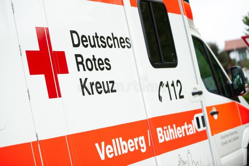 Ilshofen, Germania, luglio 2019 Automobile tedesca dell'ambulanza con testo: Deutsches Rotes Kreuz nella croce rossa inglese-tede fotografie stock libere da diritti