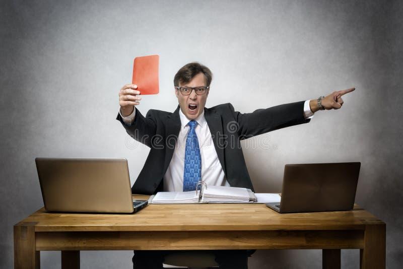 Ilsken affärsman med det röda kortet arkivfoton