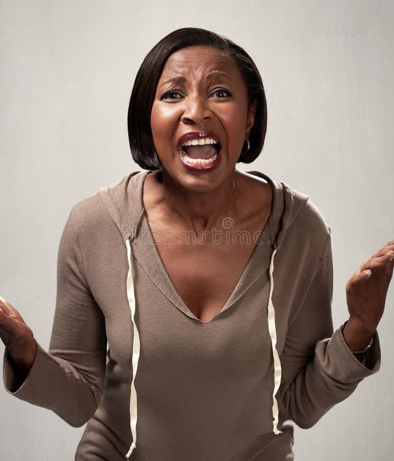 Ilsken afrikansk amerikankvinna royaltyfria bilder