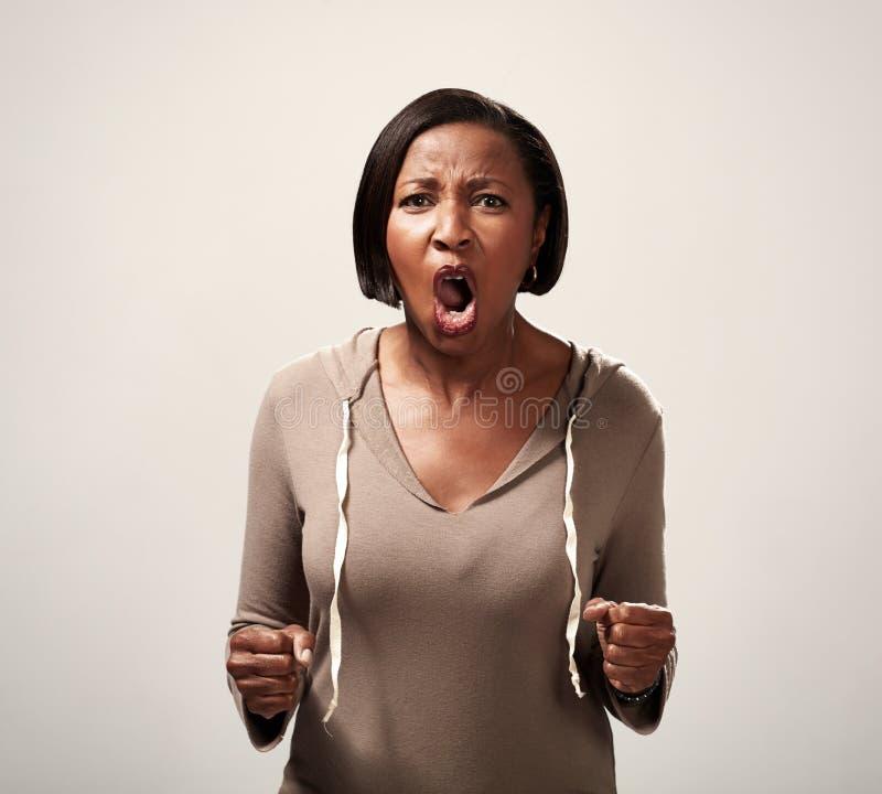 Ilsken afrikansk amerikankvinna fotografering för bildbyråer