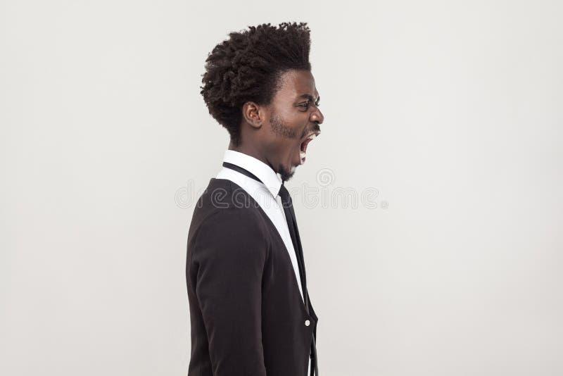 Ilsken afrikansk man för profilsikt royaltyfri foto