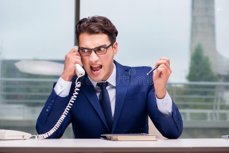 Ilsken anställd för appellmitt som skriker på kunden arkivbild