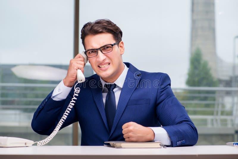 Ilsken anställd för appellmitt som skriker på kunden arkivfoton