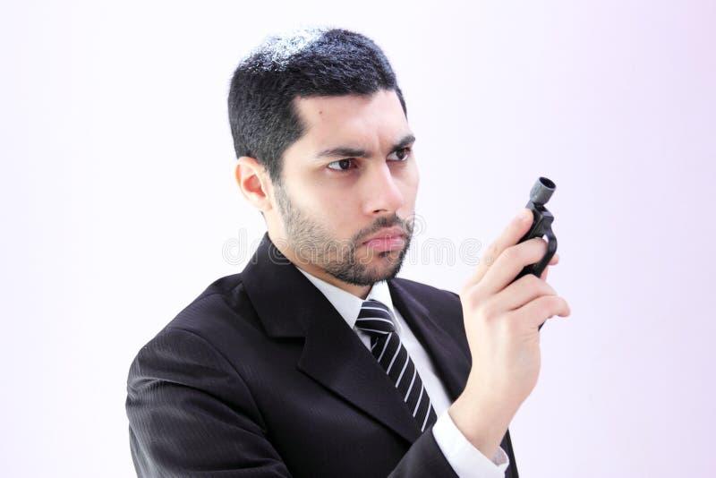 Ilsken arabisk affärsman med vapnet som är klart att döda royaltyfri foto