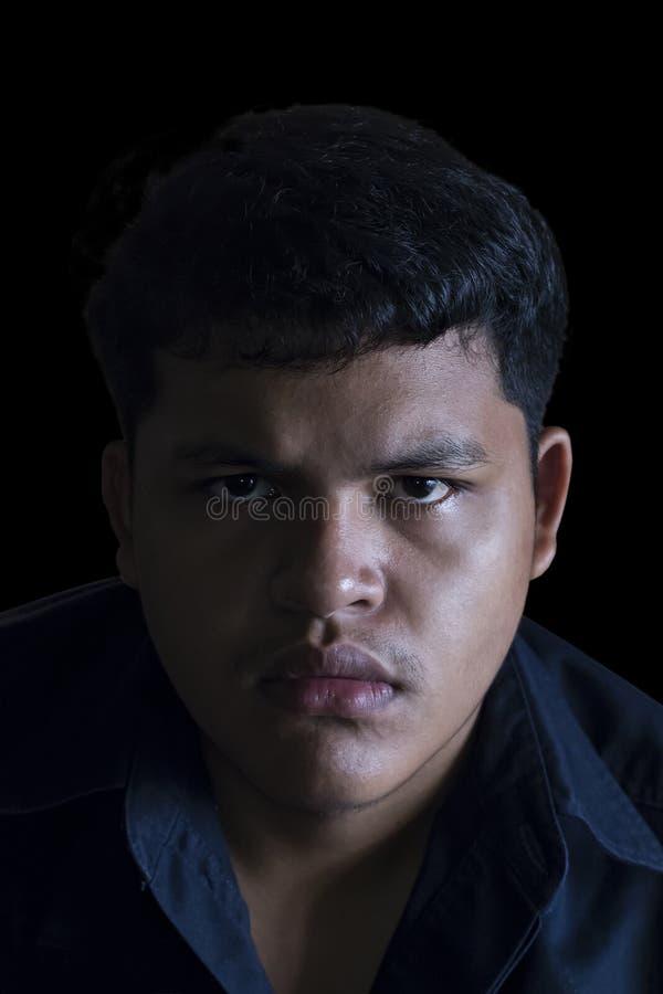 Ilsken asiatisk thailändsk ung man fotografering för bildbyråer
