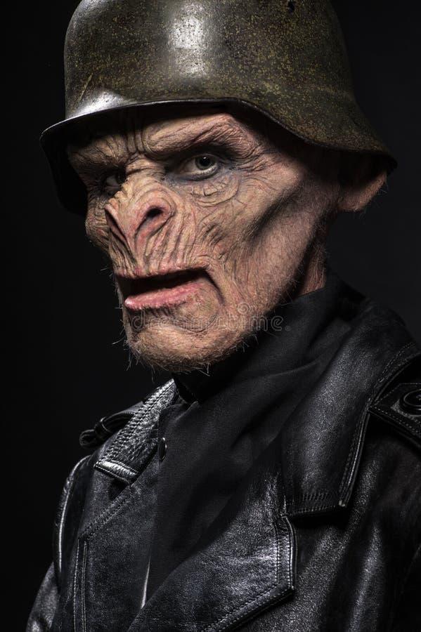 Ilsken baboonish man i svart kläder royaltyfri fotografi
