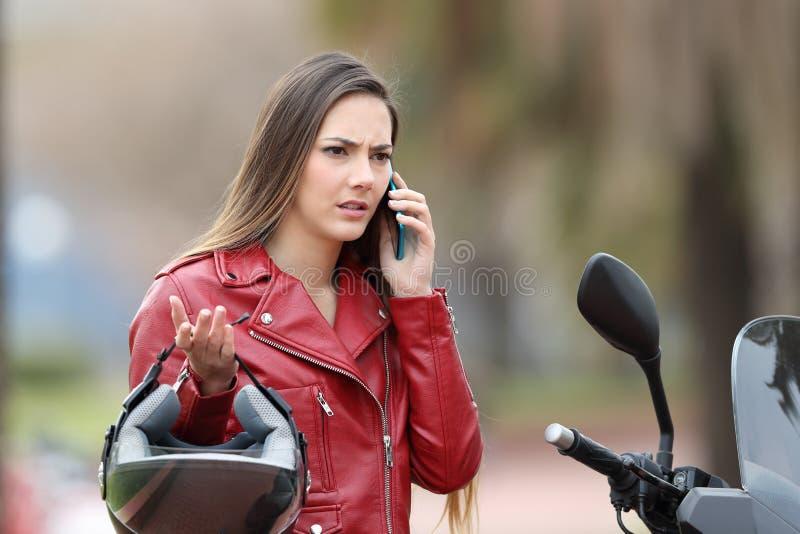 Ilsken cyklist som kallar försäkring på telefonen fotografering för bildbyråer