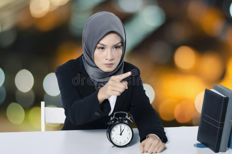 Ilsken förargad ung affärskvinna för stående som gör en gest peka fi royaltyfri fotografi