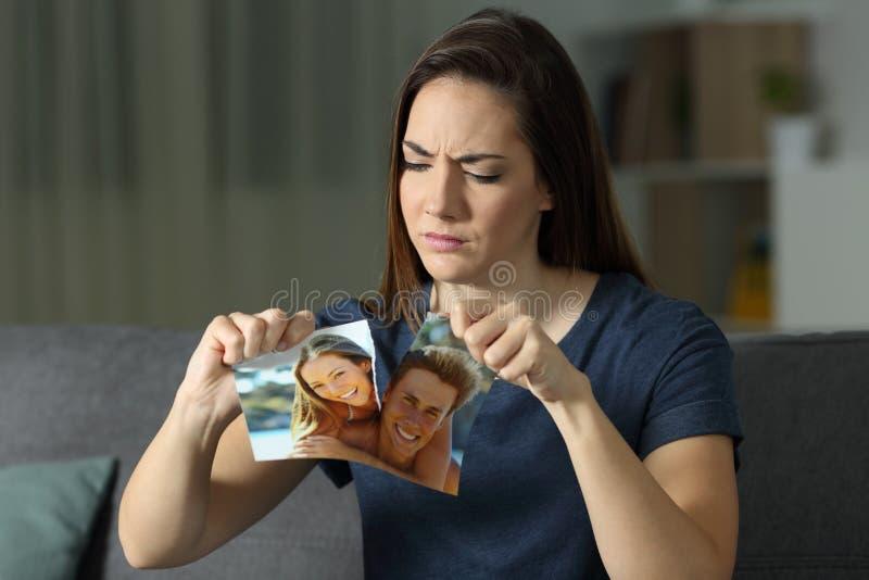 Ilsken flicka som bryter ett parfoto efter upplösning royaltyfri bild