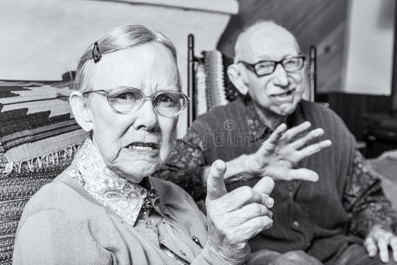 Ilsken gamal man och kvinna arkivfoto