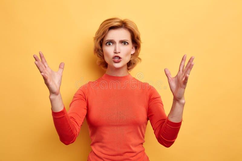 Ilsken irriterad frustrerad kvinnaexplaininh något känslomässigt arkivfoton