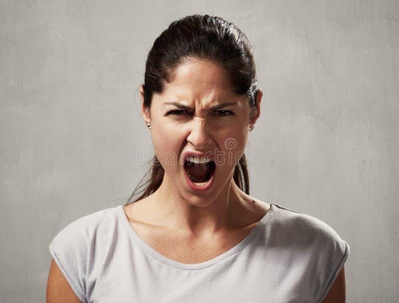 ilsken kvinna arkivbild