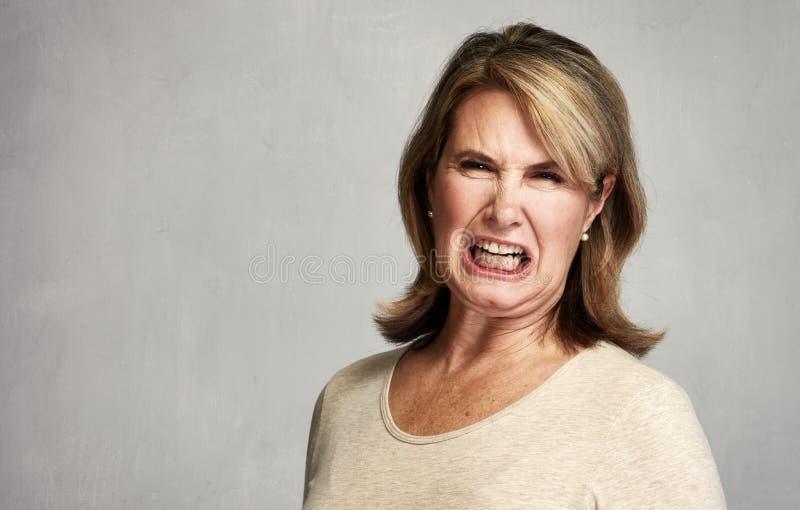 ilsken kvinna arkivfoto