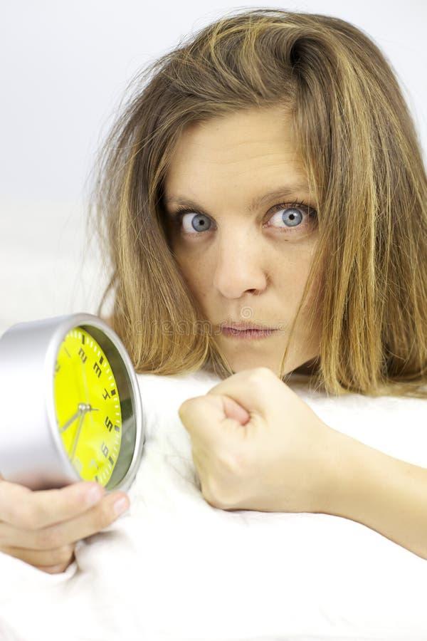 Ilsken kvinna som är klar att stansa ringklockan arkivfoto