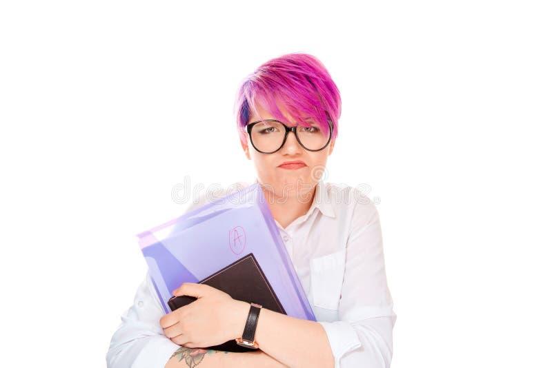 Ilsken kvinna som rymmer bokmappen med en anmärkning på vit arkivbild