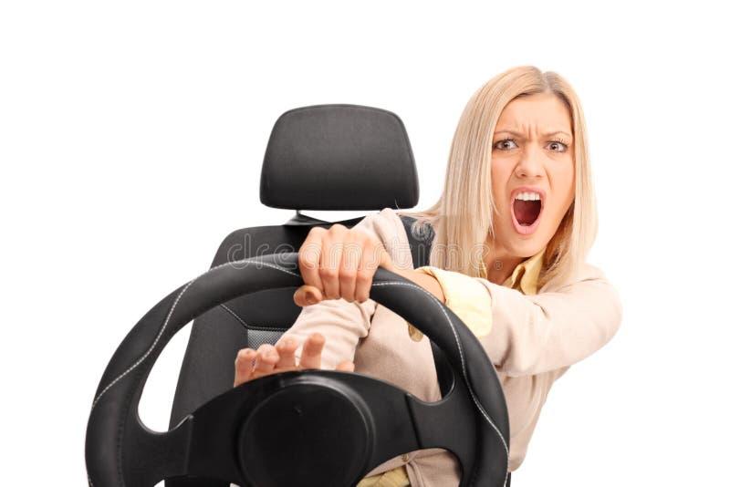 Ilsken kvinnlig chaufför som tutar på hornet royaltyfri foto