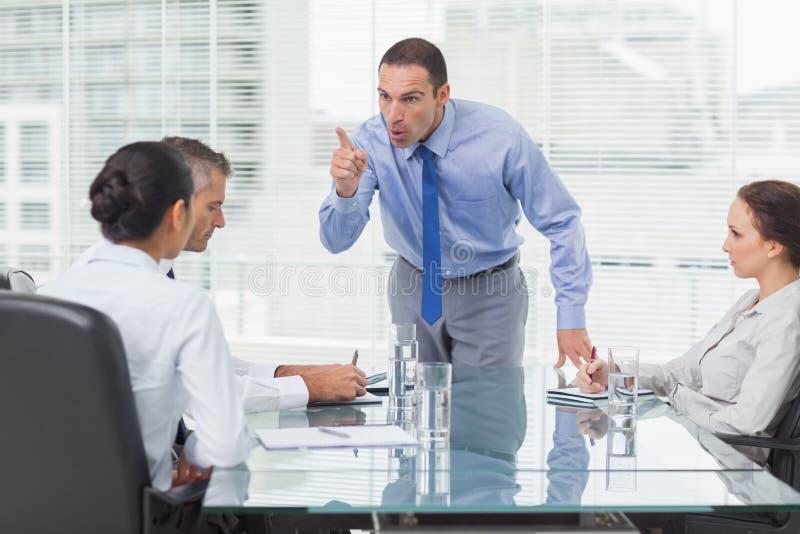 Ilsken ledare som ut pekar hans anställd arkivbilder