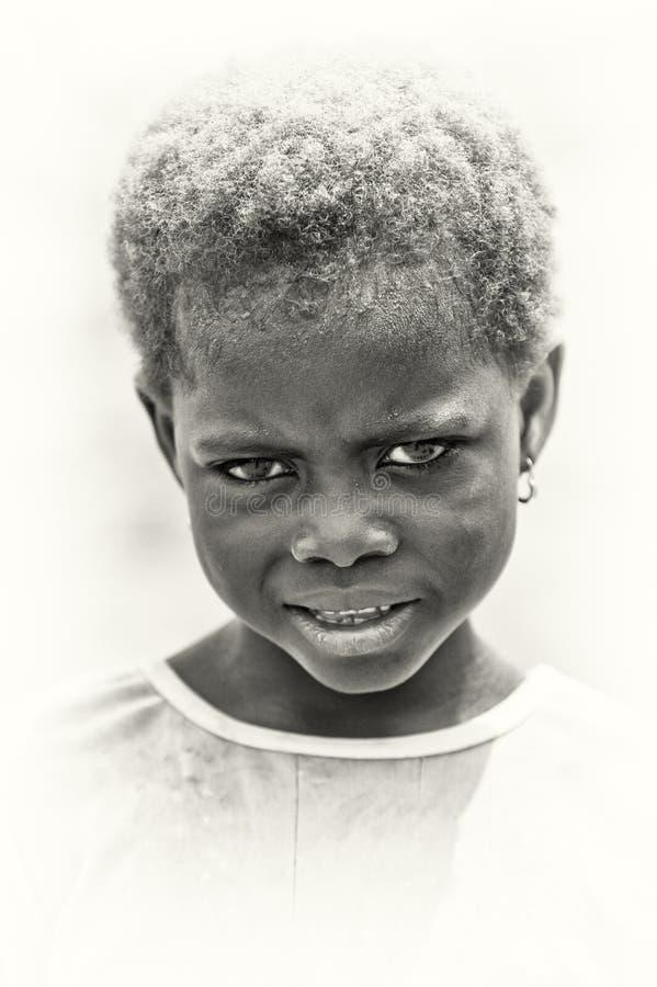 Ilsken liten flicka från Ghana royaltyfria foton